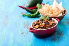 自创辣炖煮的食物用辣椒、肉和扁豆 库存图片