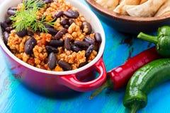 自创辣炖煮的食物用辣椒、肉和扁豆 免版税库存照片