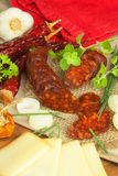 自创辣胡椒香肠用乳酪 自创土气香肠和辣椒 锋利的传统食物 传统屠户 免版税库存照片