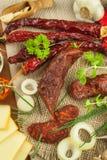 自创辣胡椒香肠用乳酪 自创土气香肠和辣椒 锋利的传统食物 传统屠户 库存图片