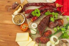 自创辣胡椒香肠 自创土气香肠和辣椒 锋利的传统食物 传统屠户 库存图片
