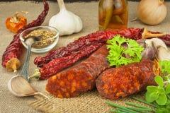 自创辣胡椒香肠 自创土气香肠和辣椒 锋利的传统食物 传统屠户 免版税库存照片