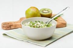 自创辣调味汁由猕猴桃、梨、香葱和薄菏制成 橄榄色木头 免版税库存图片