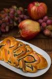 自创酥皮点心、甜鸦片饼在背景新鲜水果,苹果和葡萄静物画  免版税库存照片