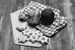 自创酥皮点心概念 微小的特制的糕饼的构成与糖粉末和杯形蛋糕的 免版税库存照片