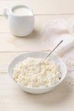 自创酸奶干酪和牛奶店奶油在一张白色木桌上 免版税库存图片