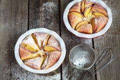 自创酸奶干酪饼用在木桌上的桃子 免版税图库摄影