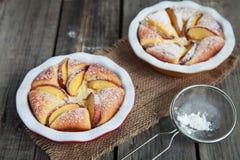 自创酸奶干酪饼用在木桌上的桃子 库存照片
