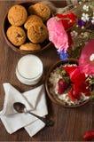 自创酸奶干酪鲜美早餐用草莓、杯牛奶和曲奇饼 免版税库存图片