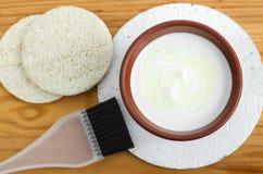 自创面具由酸性稀奶油希腊酸奶、橄榄油和燕麦粥制成 Diy化妆用品 免版税库存照片