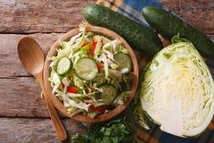 自创食物:圆白菜沙拉特写镜头水平的顶视图 库存照片