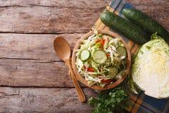 自创食物:圆白菜沙拉水平的顶视图 图库摄影