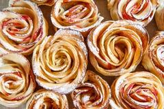 自创饼干用苹果以的形式上升了 关闭 免版税图库摄影