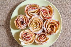 自创饼干用苹果以的形式在板材上升了 库存照片