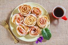 自创饼干用苹果以的形式在板材和c上升了 免版税库存照片