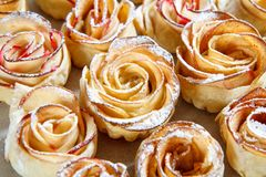 自创饼干用苹果以的形式在烘烤纸上升了 免版税库存图片