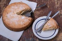 自创饼有苹果木背景 库存图片
