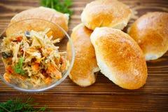 自创饼用圆白菜和德国泡菜 免版税库存照片