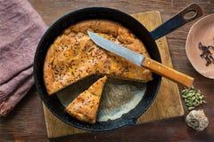自创饼用圆白菜在平底锅烘烤了 免版税图库摄影