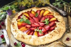 自创饼草莓 饼干用新鲜的草莓和误码率 免版税库存图片