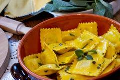 自创馄饨面团用贤哲黄油调味汁,意大利食物 免版税库存照片