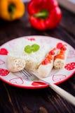 自创香肠用在木背景的米 免版税库存照片