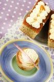 自创香草杯形蛋糕和两块蛋糕与香草cre的 免版税库存照片