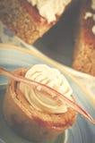自创香草杯形蛋糕和两块蛋糕与香草cre的 图库摄影
