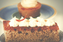 自创香草杯形蛋糕和两块蛋糕与香草cre的 库存照片