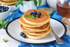 自创香草punkcakes用糖浆和蓝莓 库存图片
