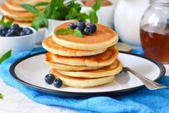 自创香草punkcakes用糖浆和蓝莓breakf的 库存照片