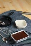 自创鲜美美味的黑暗的可可粉巧克力软糖蛋糕片断, f 库存图片