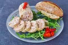自创鸡卷用在一块玻璃板的香料在灰色抽象背景 健康早餐健康吃 库存图片