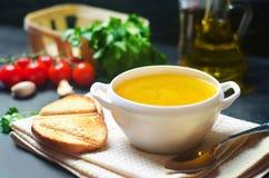 自创鸡肉汤或汤 健康早餐黑色混凝土背景 选择聚焦 免版税库存图片