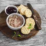 自创鸡肝头脑、酸果蔓酱和自创乳酪饼干 可口快餐或开胃菜用酒 在轻木 免版税库存图片