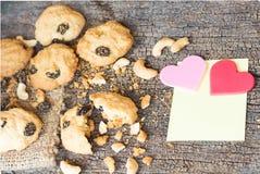 自创麦甜饼用在老破裂的木Backgro的腰果 免版税库存照片