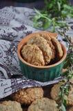 自创麦甜饼用葡萄干 免版税库存图片
