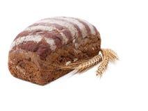 自创黑面包,与麦子的一些个耳朵在一块白色毛巾的 查出 免版税图库摄影