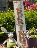 自创,复活节兔子和木头春天可喜的迹象 库存照片