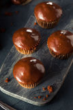 自创黑暗的巧克力杯形蛋糕 免版税库存照片