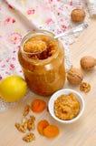 自创维生素果酱用蜂蜜、坚果、杏干和lemo 免版税图库摄影