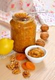 自创维生素果酱用蜂蜜、坚果、杏干和lemo 库存图片