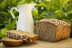 自创黑黑麦面包用燕麦粥和向日葵种子 库存照片