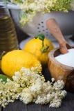 自创elderflower甘露酒的准备 库存照片