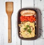 自创Moussaka服务用面包和酸辣调味品(东欧烹调) 免版税库存照片