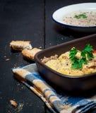 自创Moussaka服务用面包和酸辣调味品(东欧烹调) 库存图片