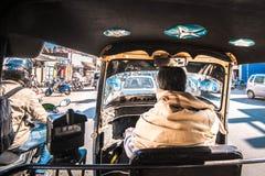 自动人力车司机,斋浦尔,印度后面看法  免版税库存照片