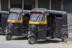 黑自动人力车在一条路乘出租车在斯利那加,克什米尔,印度 库存照片