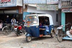 自动人力车在一条路乘出租车在Kumrokhali,西孟加拉邦2009年1月12日 典型的英里 库存照片