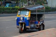 自动人力车或tuk-tuk在曼谷街道上  泰国 免版税库存照片